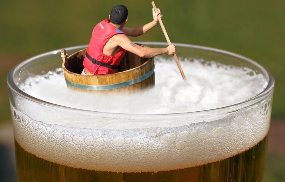 На фото парень, который пытается спастись от алкоголя.