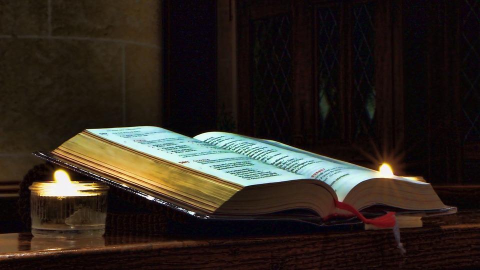 На фото книга псалтырь, которую читают по усопшим.