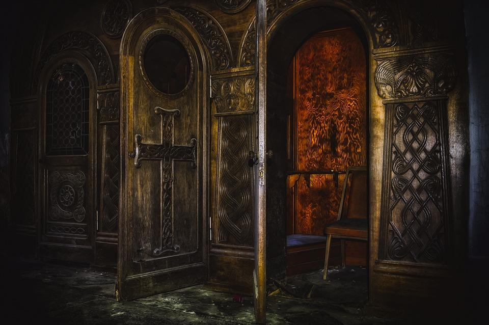 На фото изображена Церковь (внутри), комната где проходит исповедь.