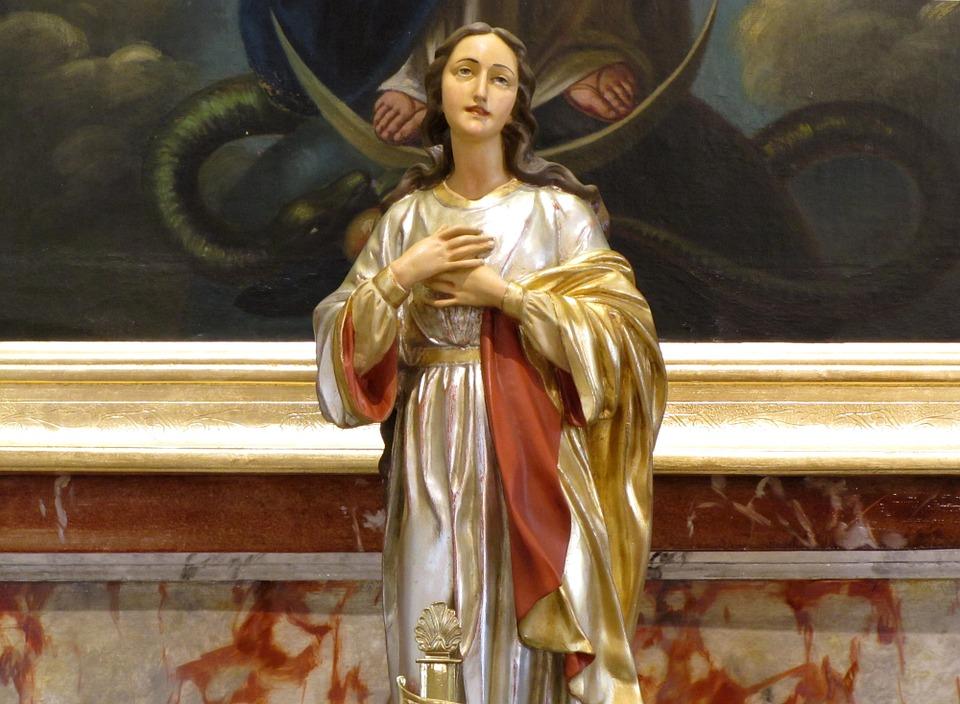 На фото Богородица внутри церкви.
