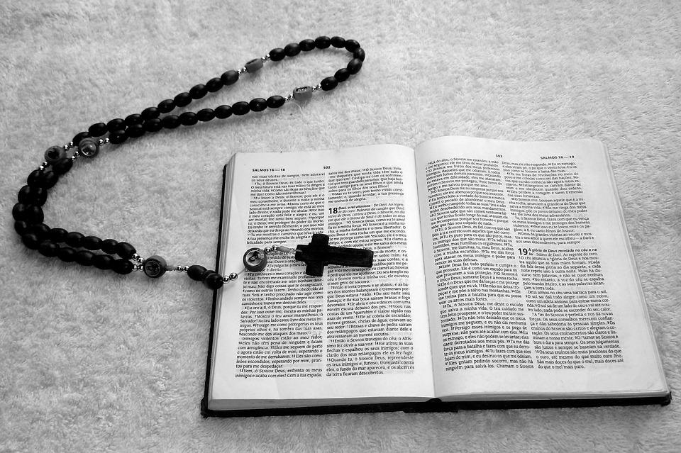 На фото изображена библия и крестик.