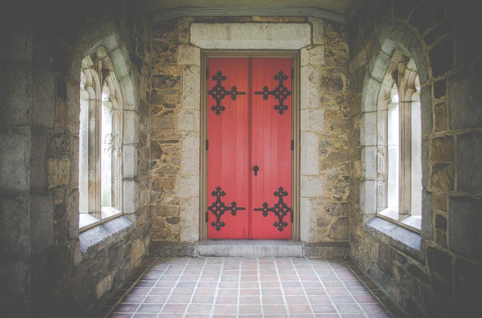 На фото изображены двери храма.