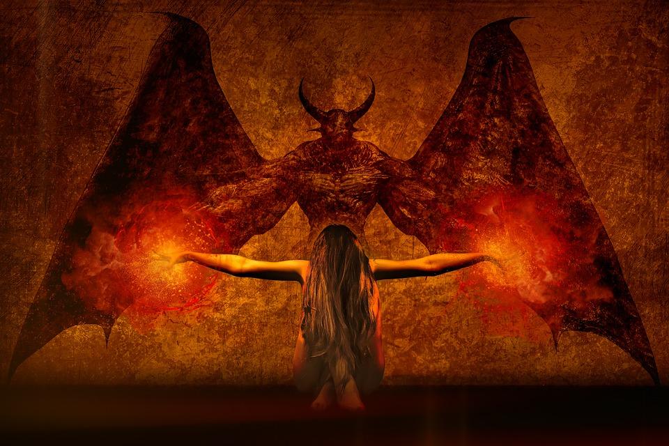 На фото изображена девушка, которая противостоит демону, держа в руках два огненных шара.