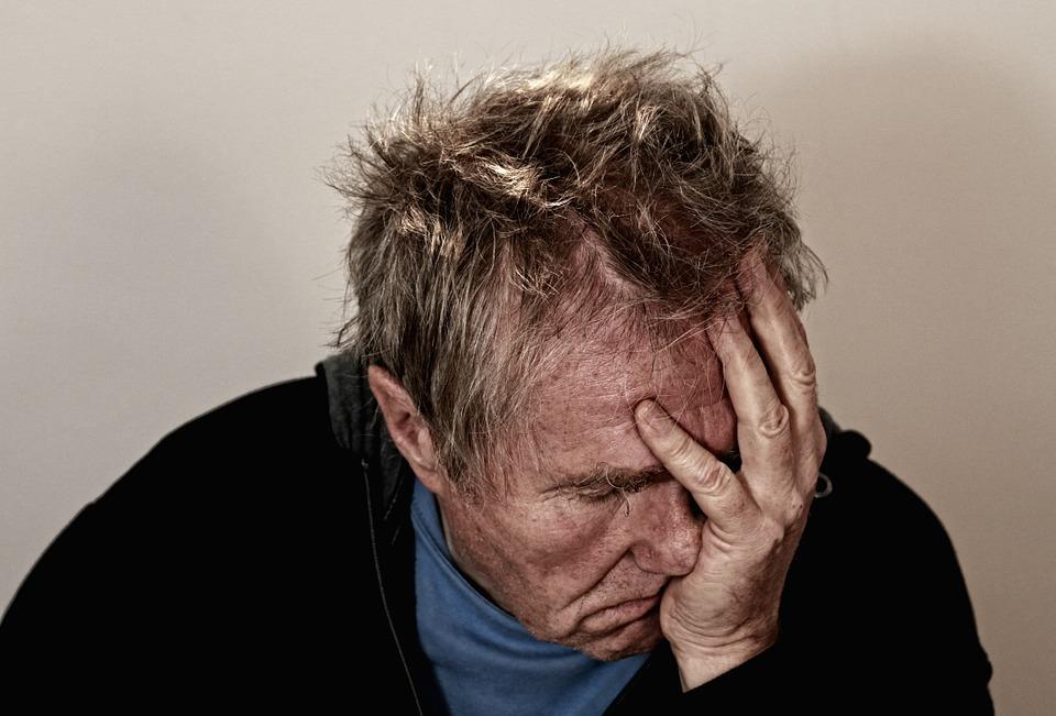 На фото изображен расстроенный мужчина.