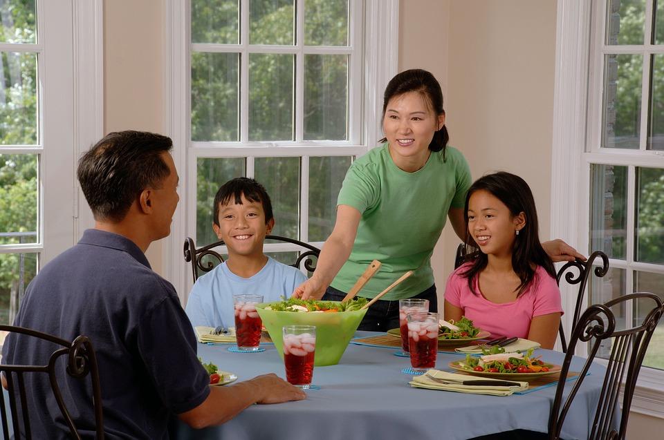 На фото изображена семья за столом.