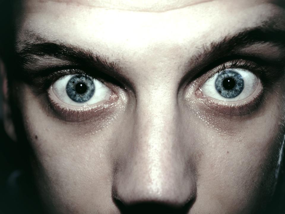 На фото изображены перепуганные глаза.