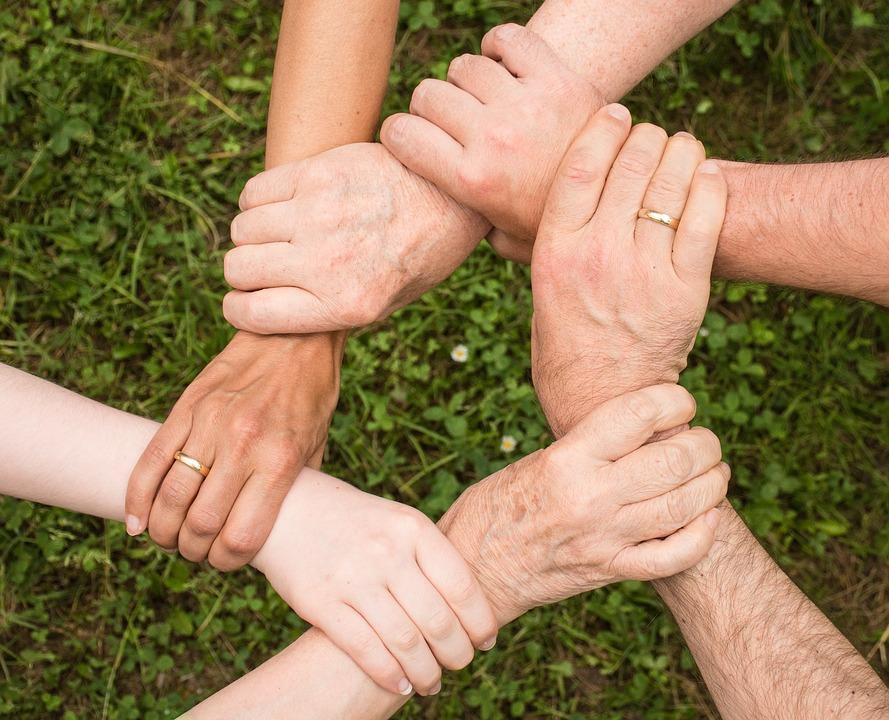 На фото руки людей, которые держаться друг за друга.