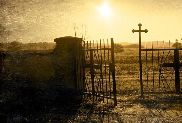 На фото изображены старые ворота кладбища.