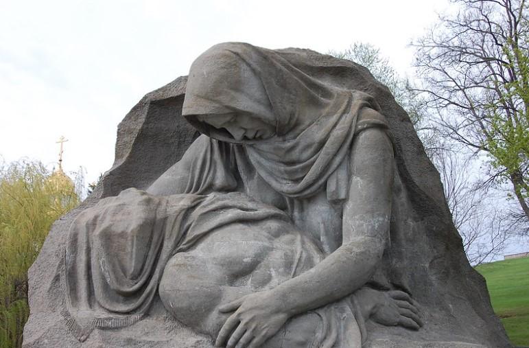 На фото памятник скорбящей матери.