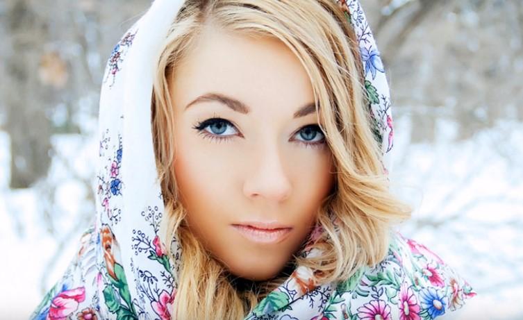 Фото изображена красивая женщина в платке.