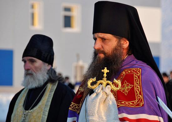 На фото изображены священнослужители.