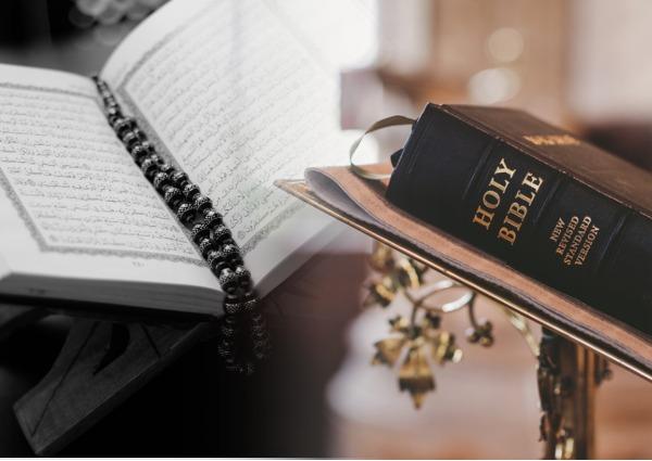 На фото изображены Коран и Библия.