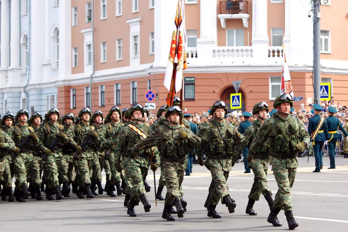 На фото изображены военные на параде.