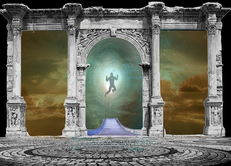 На фото изображена душа человека, летящая через ворота.