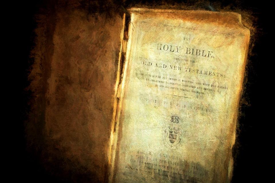 На фото изображена Библия. Книга уже очень старая.