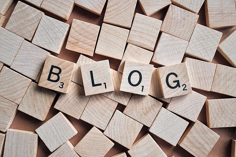 """На фото деревянные кубики с буквами, выложенные в слово """"блог""""."""