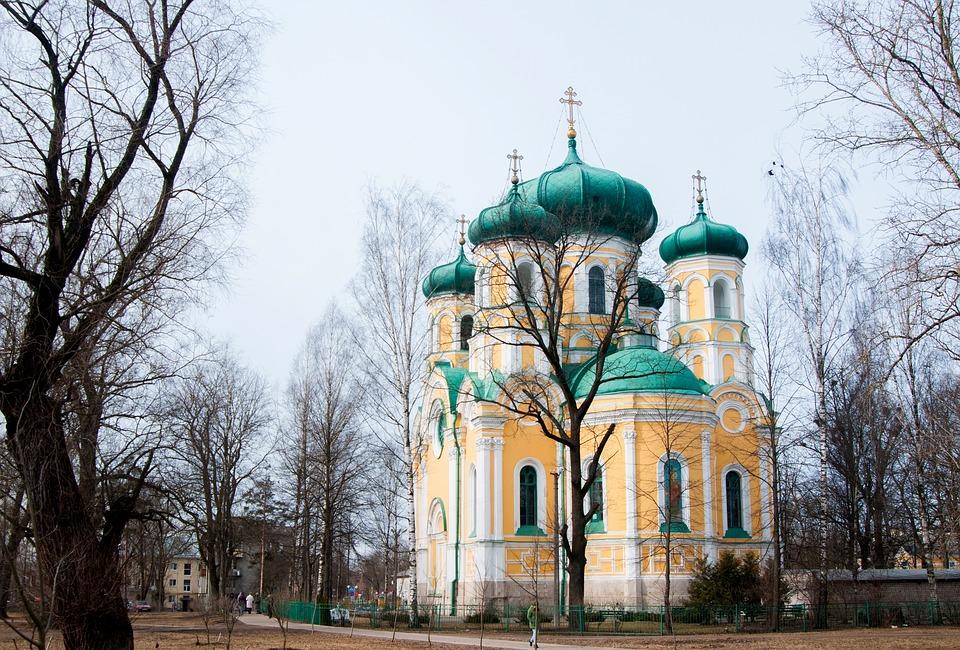 На фото изображена церковь.