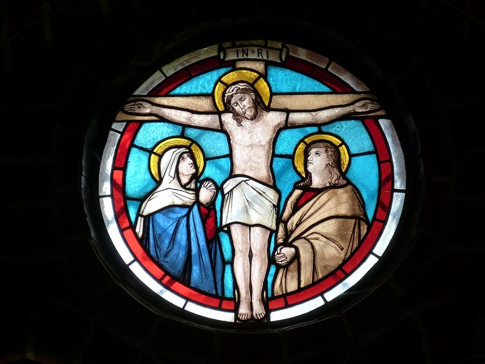 На фото изображение Иисуса Христа. Окно в Церкви.