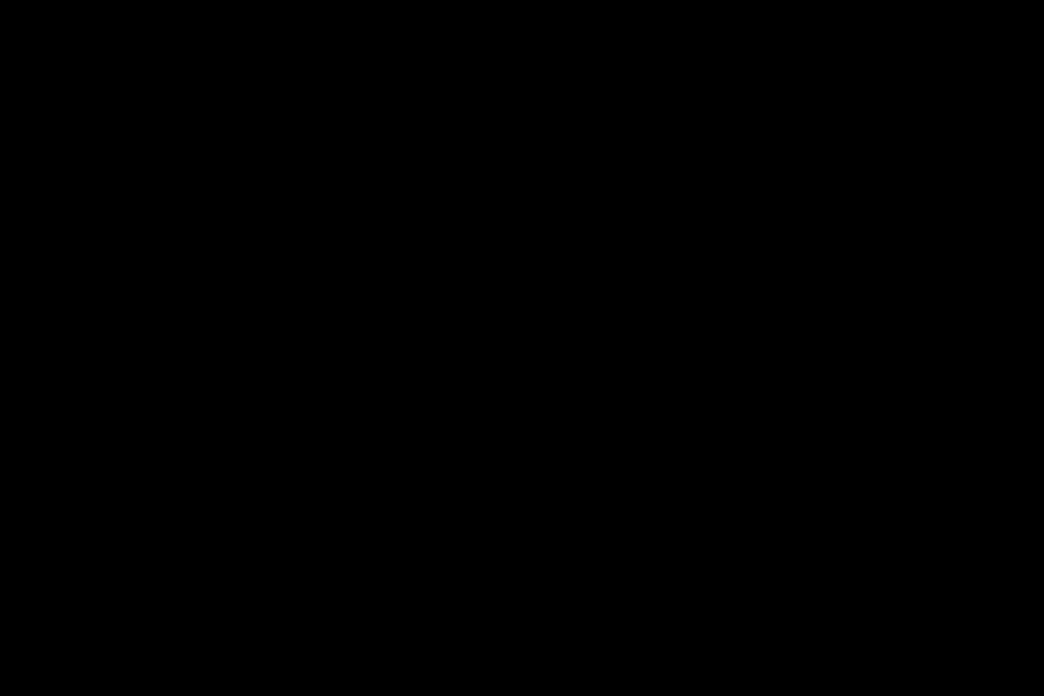 На фото крест и двое людей - женина и мужчина, которые молятся Господу.