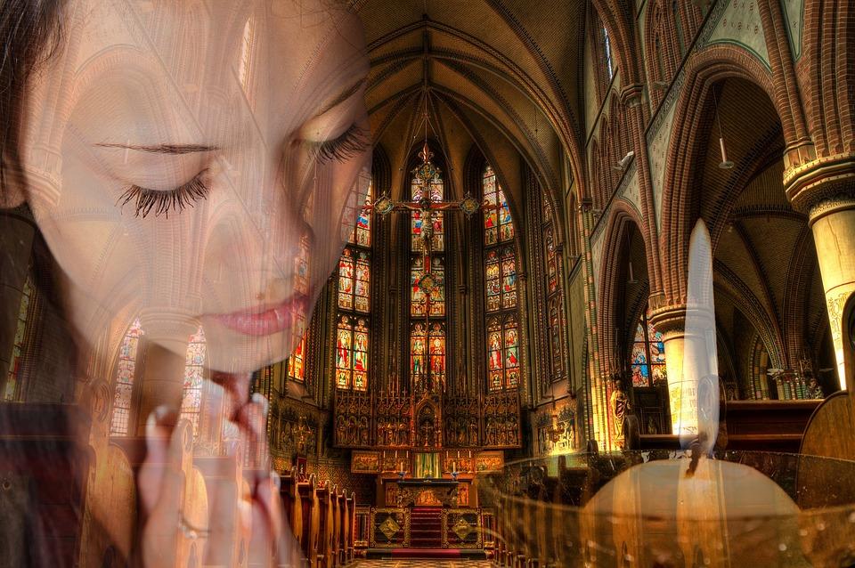 На фото девушка, которая молится.
