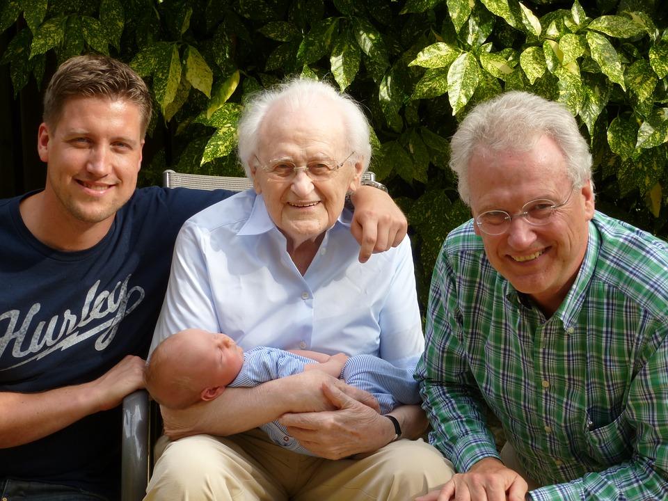 На фото счастливая семья.