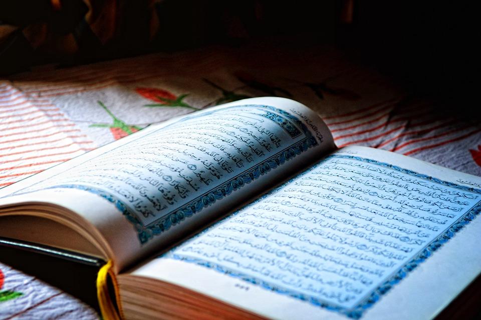 На фото изображена святая книга Коран.