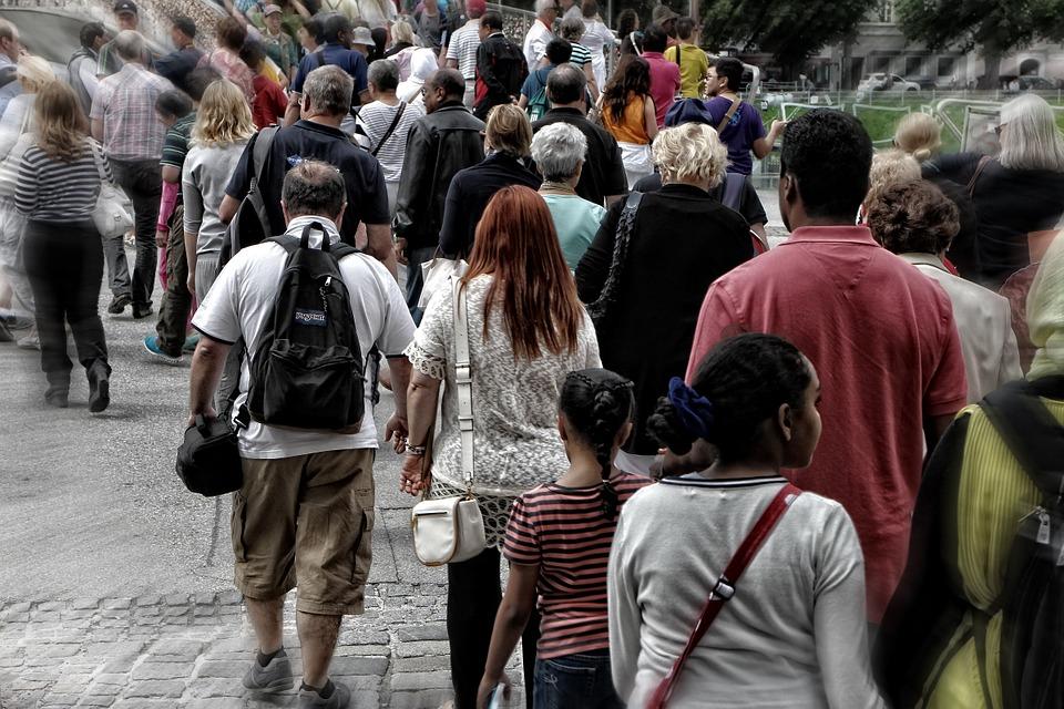 На фото изображена толпа людей. Каждый идет по своим делам.