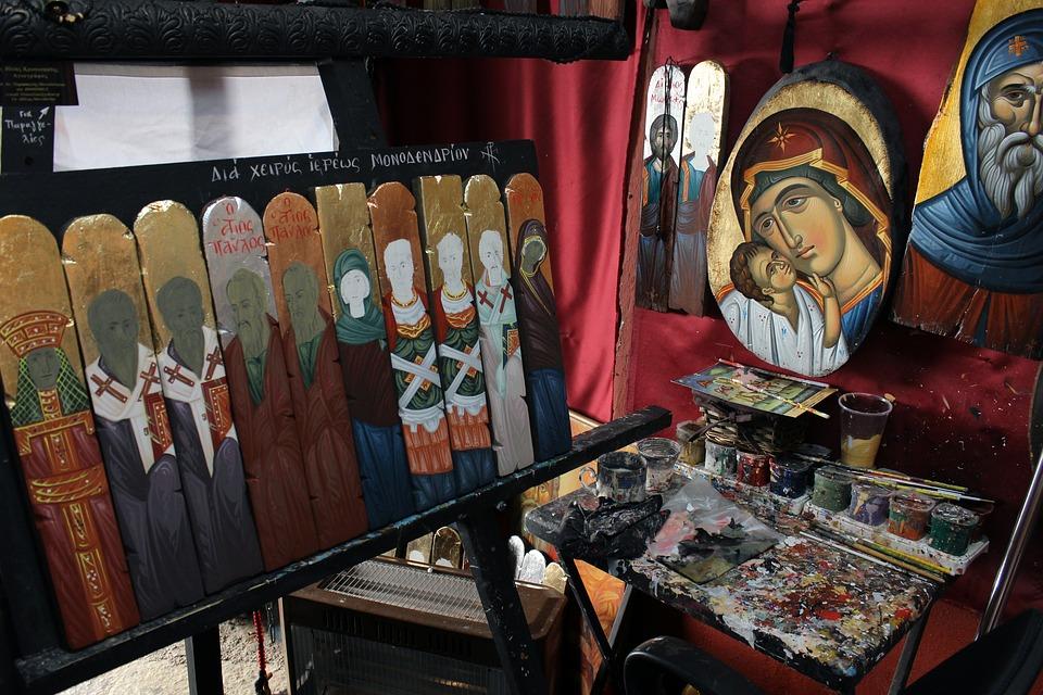 На фото изображена мастерская художника с его работами.