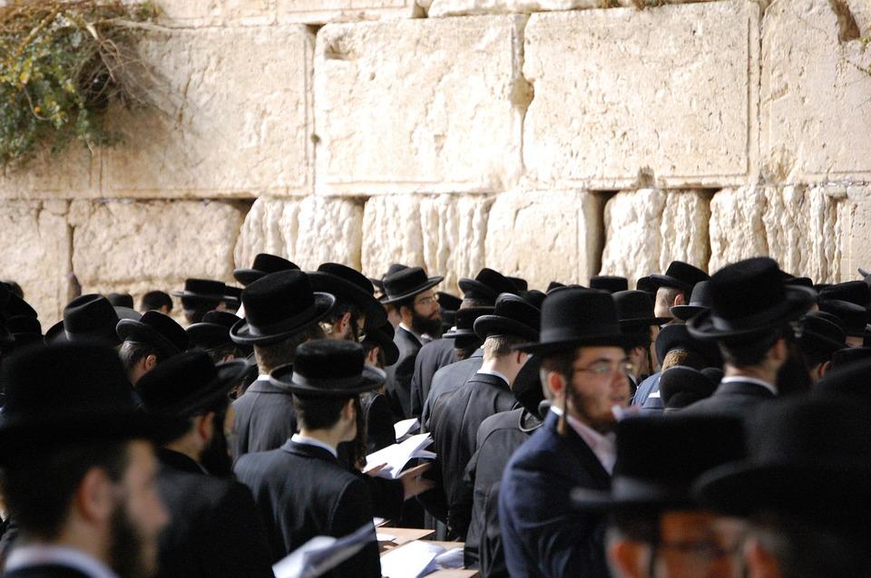 На фото изображено много евреев с книгами в руках.