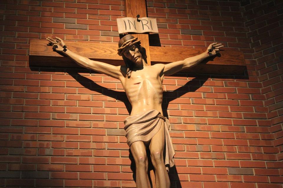 На фото изображен Иисус Христос на кресте.