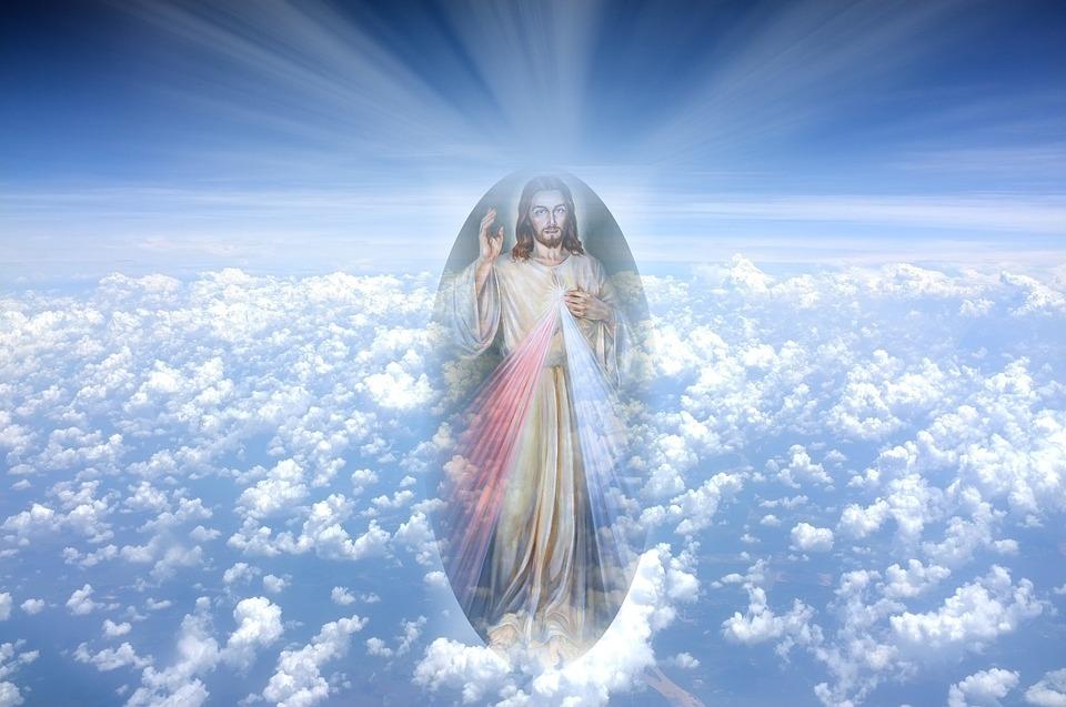 На фото изображен Иисус Христос в облаках.