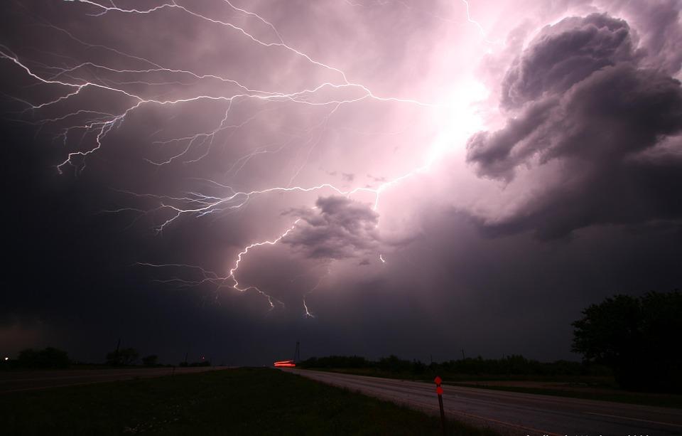 На фото изображена молния.