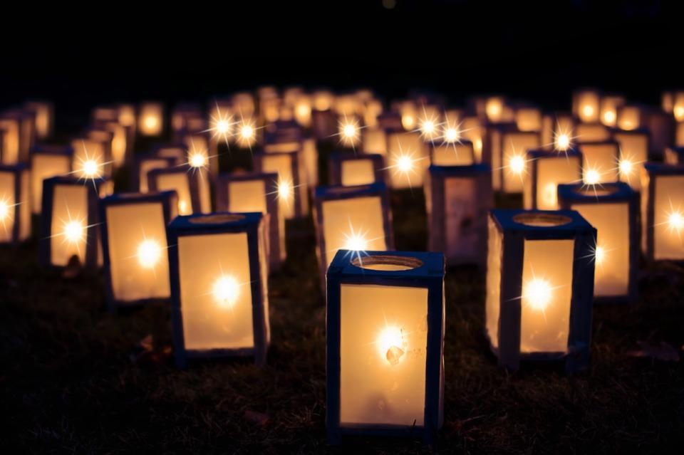 На фото изображены рождественские огоньки.