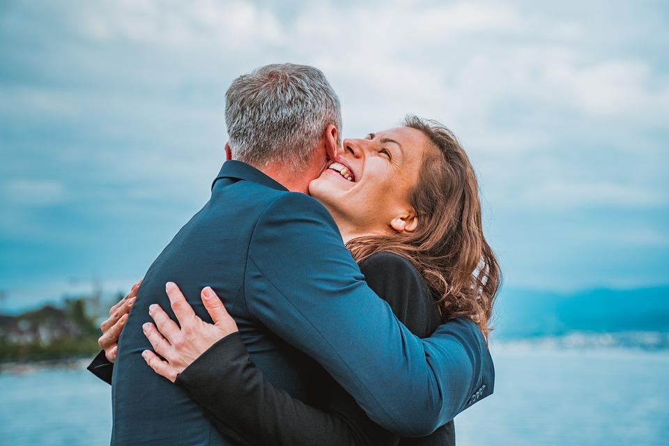 На фото изображены мужчине и женщина, которые обнимаются.