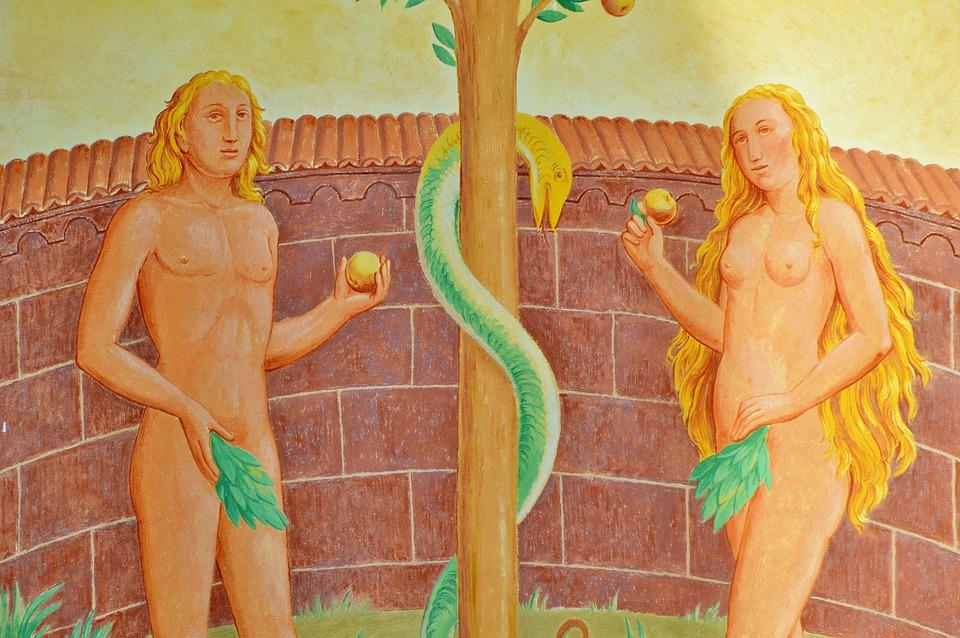 На фото изображены Адам и Ева, стоящие перед яблоней, вокруг которой обвился змей искуситель.