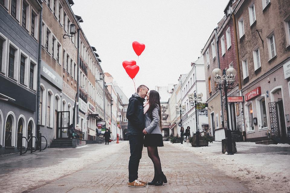 На фото изображена влюбленная пара.