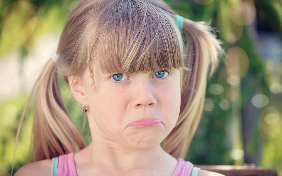 На фото изображена обиженная девочка.