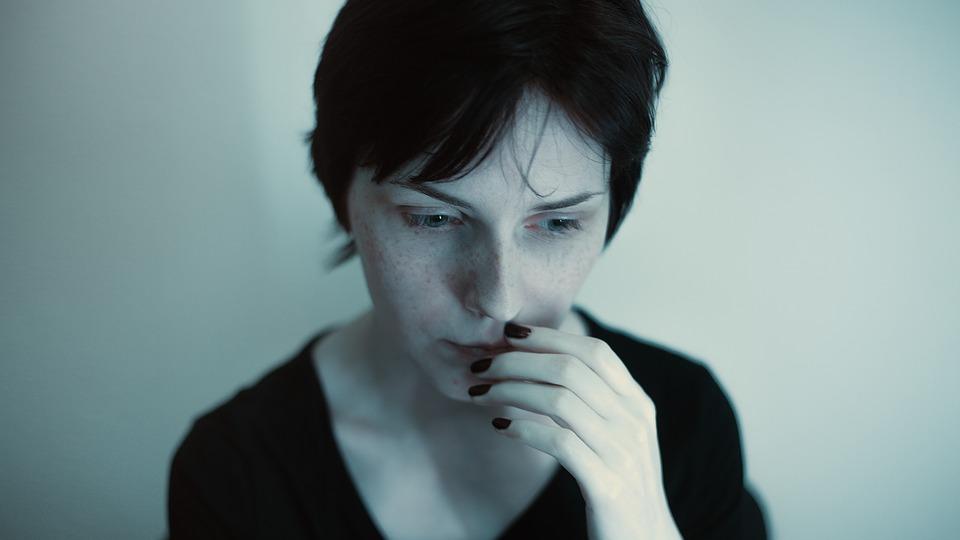 На фото изображена женщина, которая чем-то расстроена.