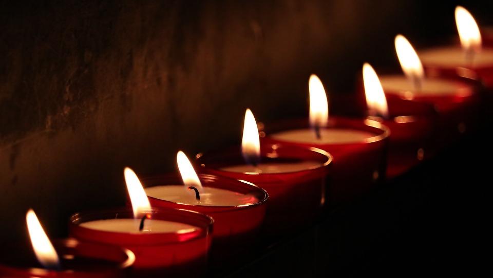 На фото изображен красиво горящие свечи.