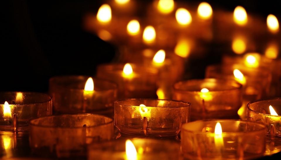На фото изображено много красиво горящих свечек.