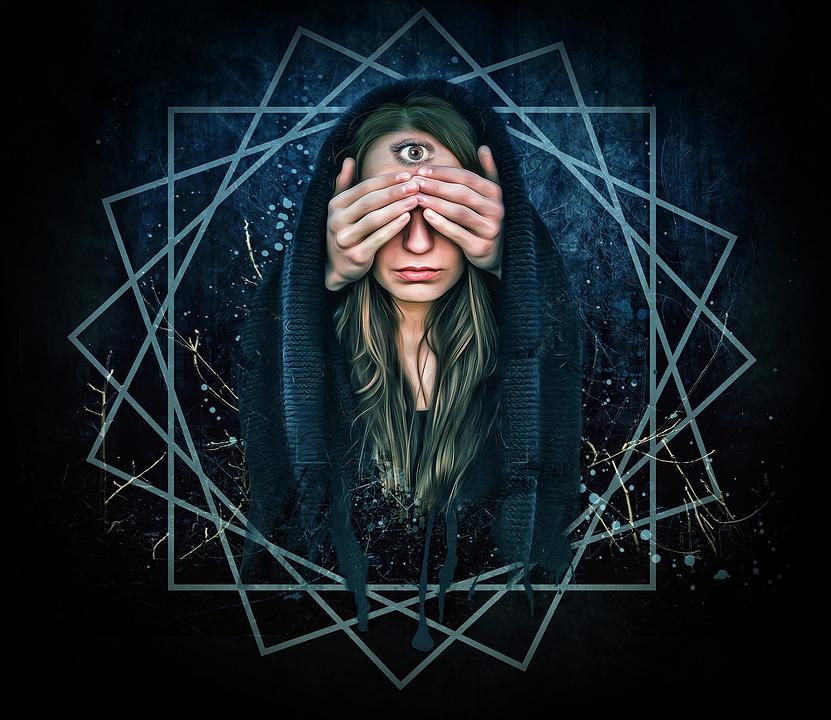 На фото изображена женщина, у которой открыт третий глаз на лбу.