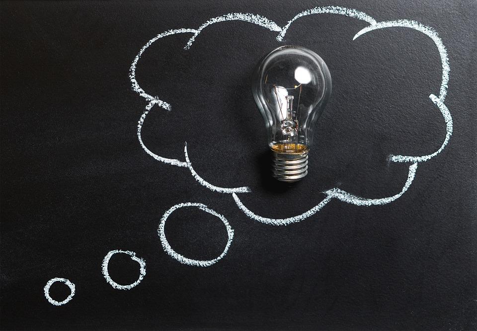 На фото изображена лампочка, которая символизирует мысль (идею).