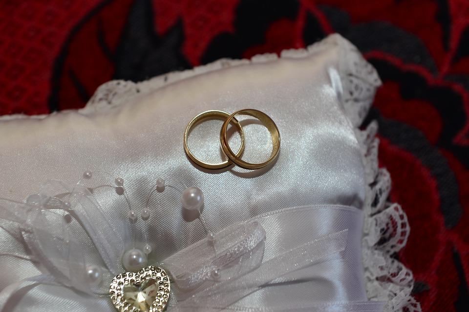 На фото изображена подушечка и два обручальные кольца, как символ венчания.