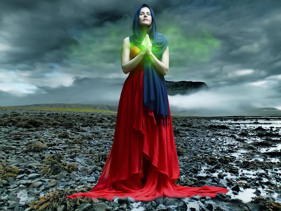 На фото изображена женщина, которая молится