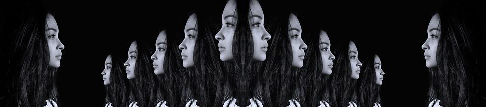 На фото изображено лицо девушки, как будто отражение во многих зеркалах.