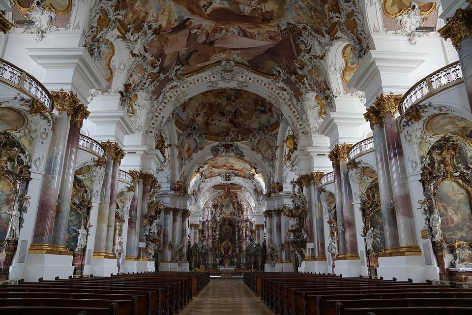 На фото красивый монастырь.
