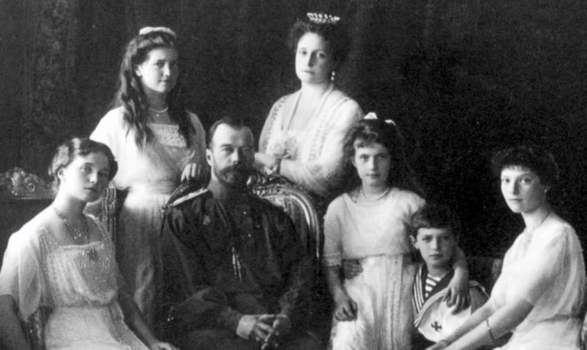 На фото изображен царь Николай 2 со своей семьей.