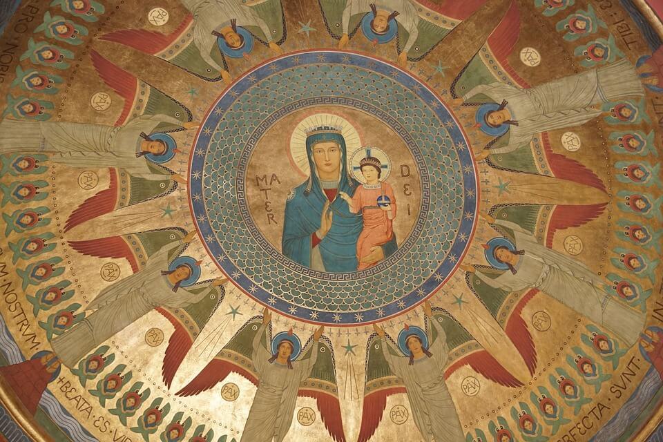 На фото изображена роспись на стене церкви.