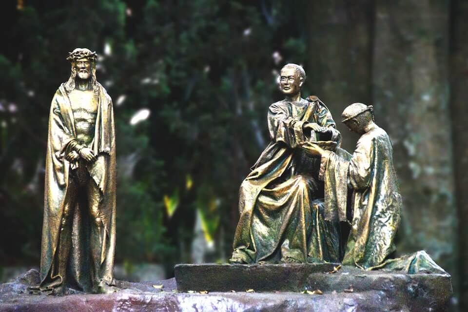 На фото изображен суд Иисуса перед Пилатом.
