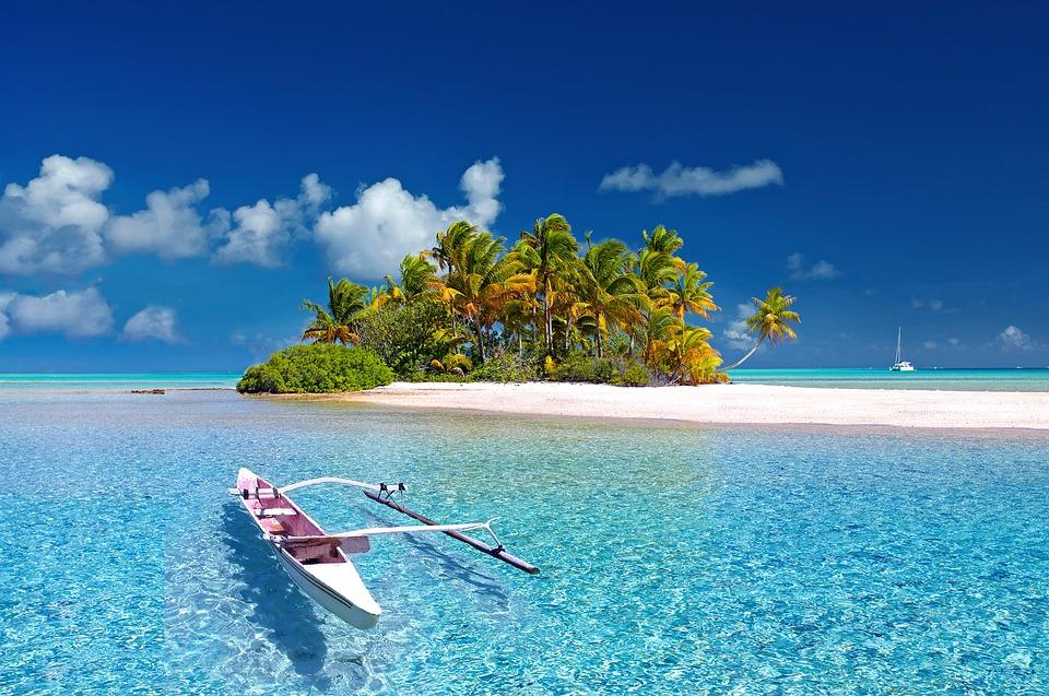 На фото изображено море и красивый остров.